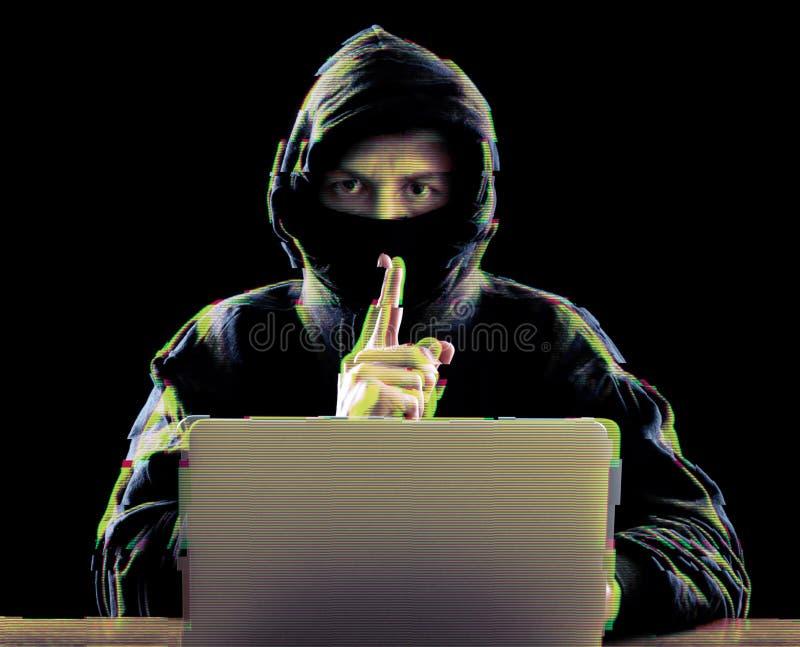 Hacker, der Laptop für organisierenden Angriff auf Unternehmensservern verwendet lizenzfreies stockfoto