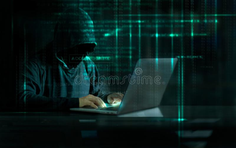 Hacker do ataque do Cyber que usa o computador com código no digita da relação foto de stock royalty free