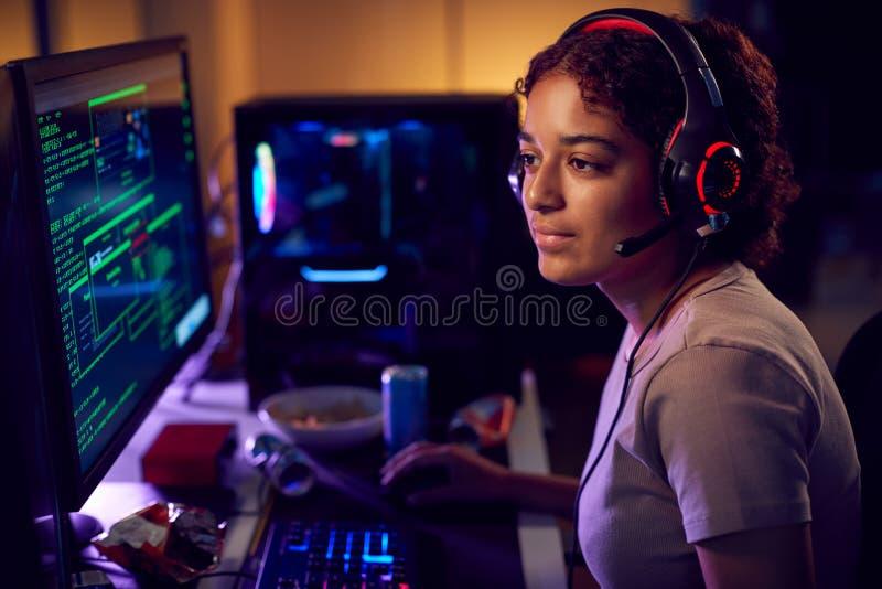 Hacker Femminile Seduti Davanti Agli Schermi Del Computer Che Aggirano La Sicurezza Cibernetica fotografia stock