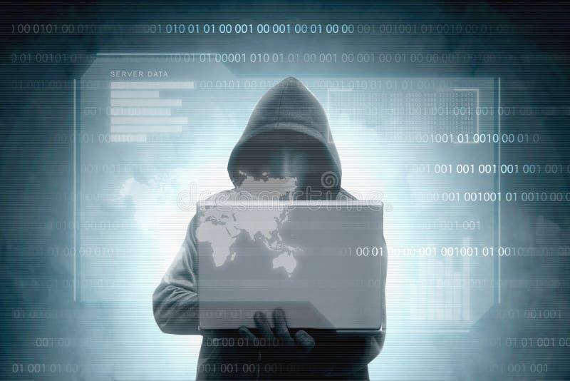 Hacker im schwarzen Hoodieholdinglaptop mit virtuellen Anzeigenserverdaten, Diagrammstange, binär Code und Weltkarte stock abbildung