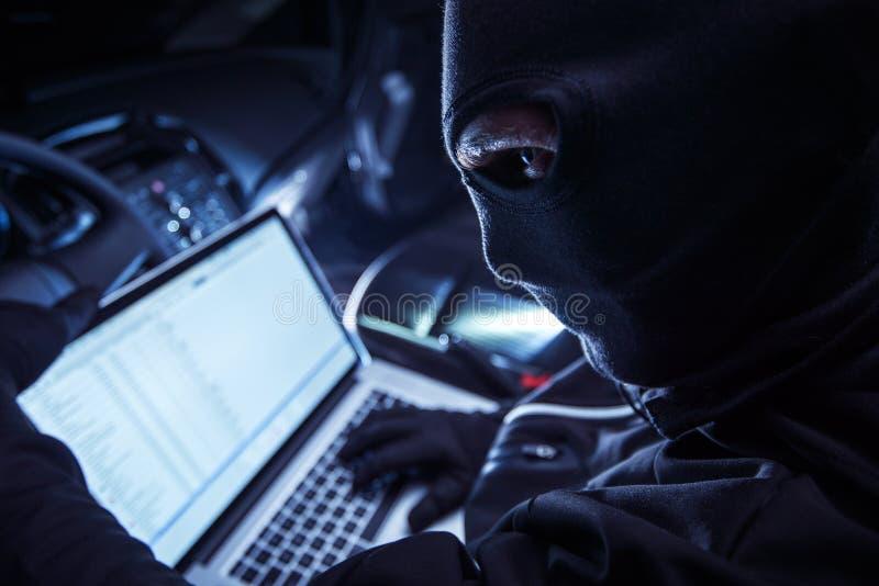 Hacker innerhalb des Autos lizenzfreies stockfoto