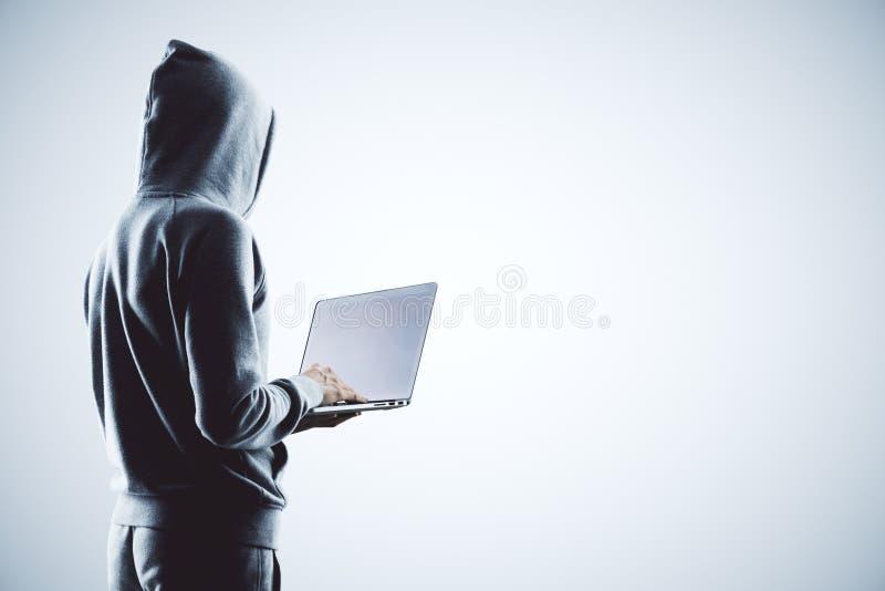 Hacker mit Laptop stock abbildung