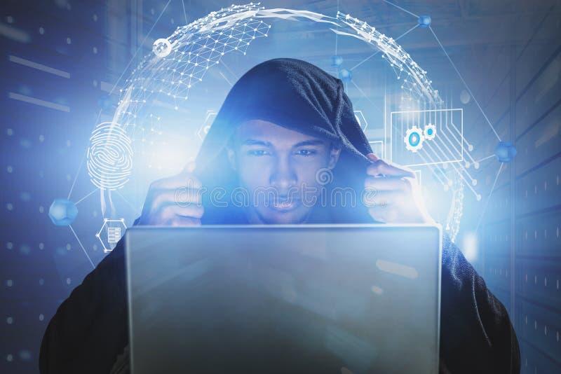 Hacker na sala do servidor, segurança do cyber fotografia de stock royalty free
