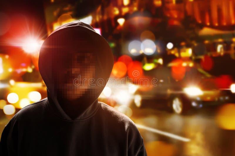 Hacker anônimo na rua fotografia de stock
