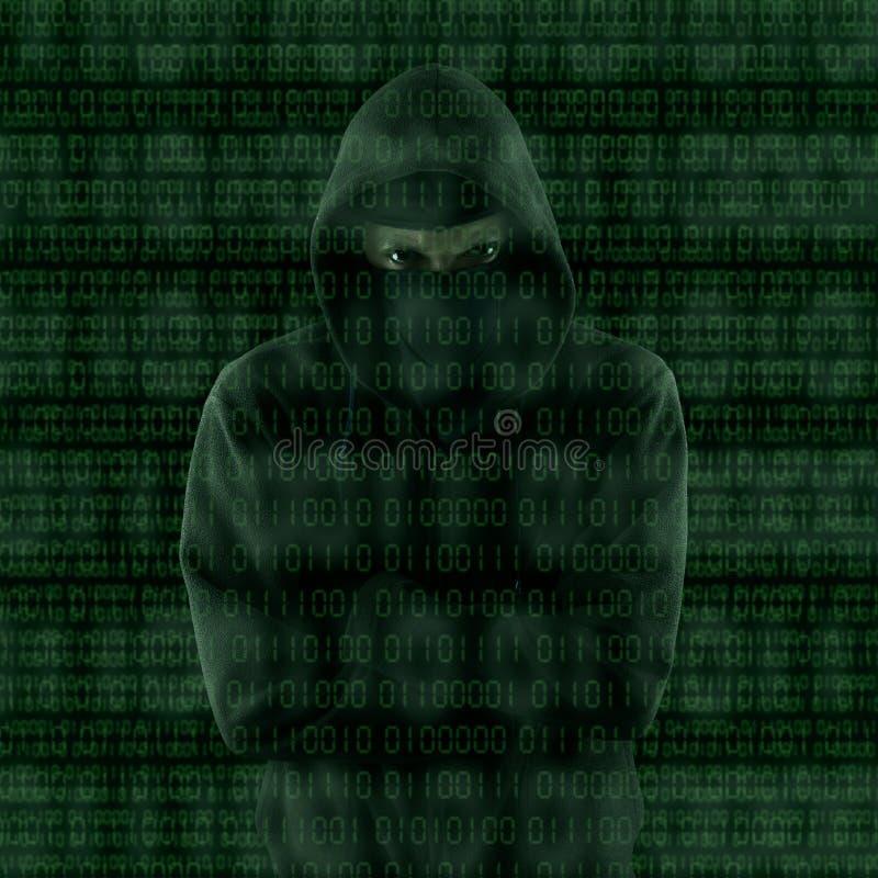 Hacker que olha o código binário imagens de stock royalty free