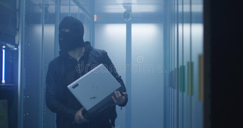Hacker que quebra computadores do software de servidor e do destruição imagem de stock