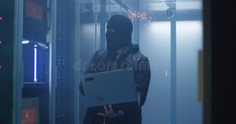 Hacker que quebra computadores do software de servidor e do destruição fotos de stock