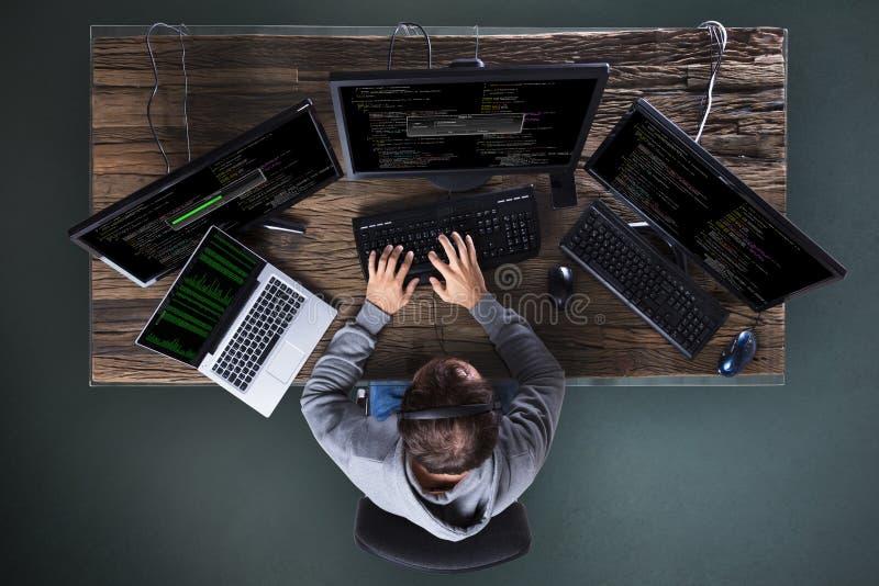 Hacker que rouba dados do computador múltiplo fotos de stock