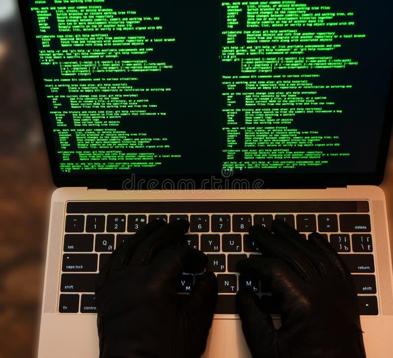 Hacker que rouba a senha e a identidade, crime de computador Lotes dos dígitos no ecrã de computador Vista superior imagens de stock