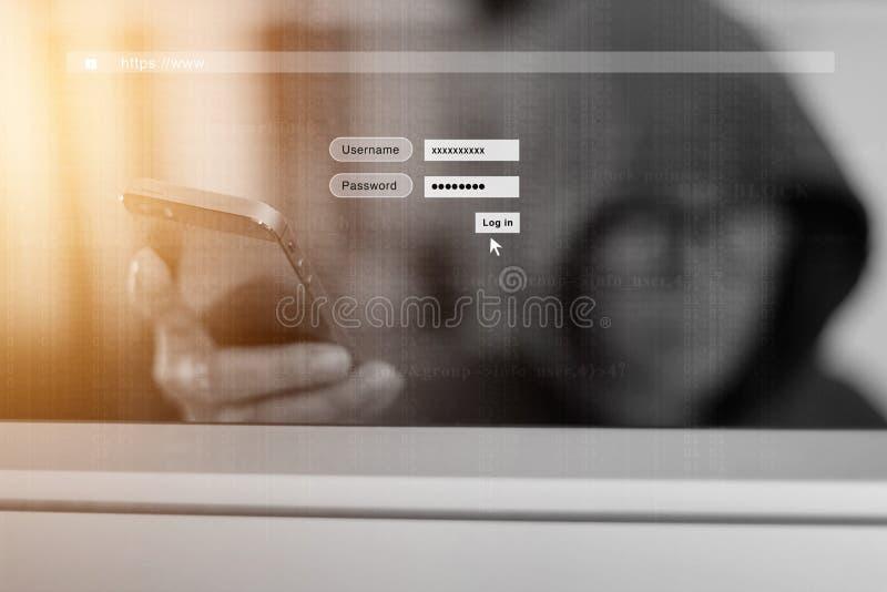 Hacker que usa o smartphone e a tela do fazer logon com um código digital Conceito da segurança do Cyber imagens de stock