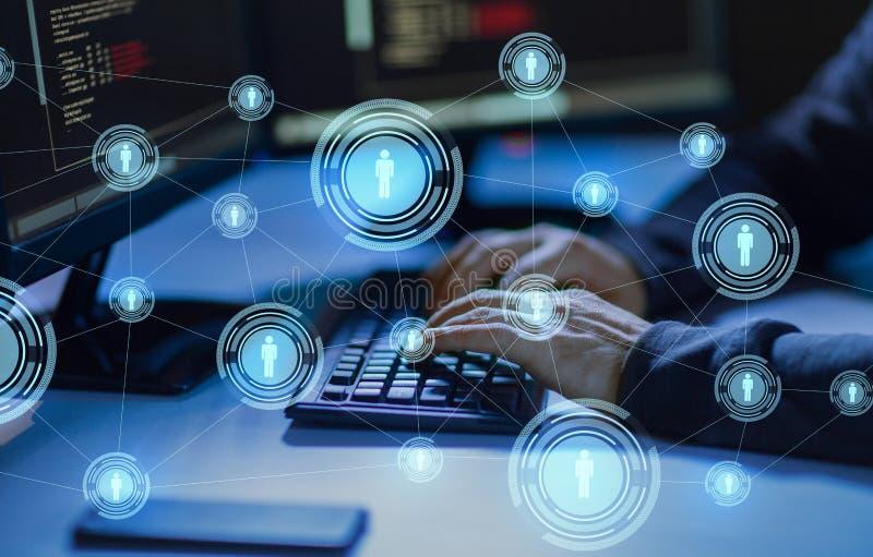 Hacker que usa o v?rus de computador para o ataque do cyber foto de stock royalty free