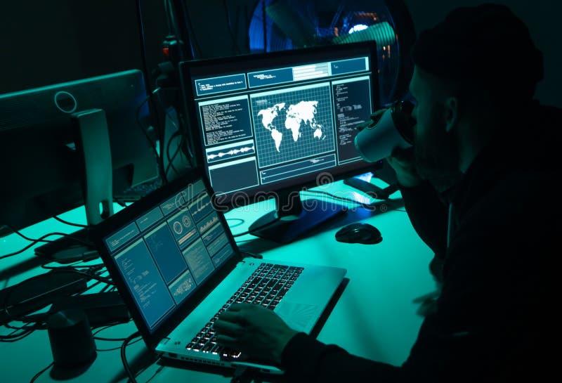 Hacker queridos que codificam o ransomware do vírus usando portáteis e computadores Ataque do Cyber, quebra do sistema e conceito imagens de stock royalty free