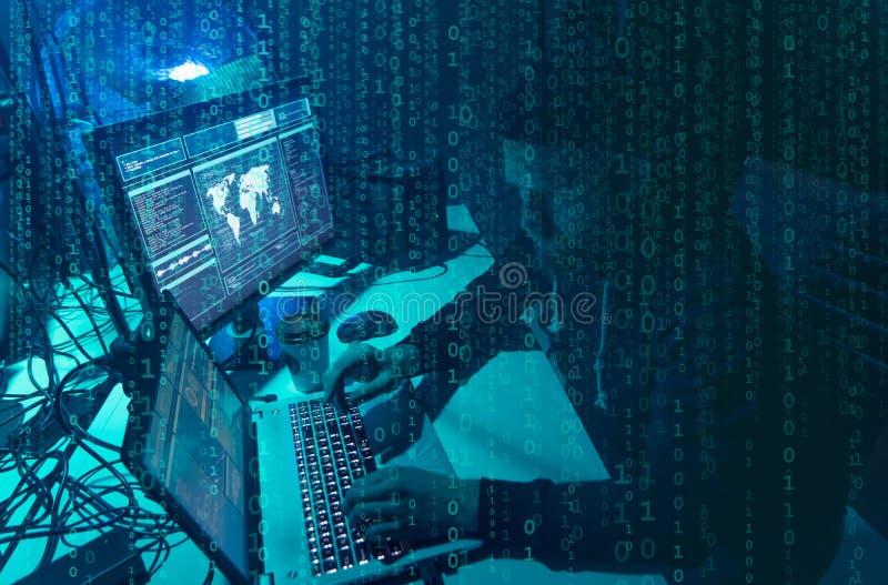 Hacker queridos que codificam o ransomware do v?rus usando port?teis e computadores Ataque do Cyber, quebra do sistema e conceito fotografia de stock