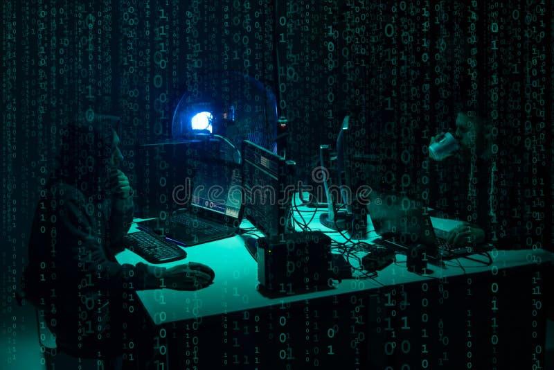 Hacker queridos que codificam o ransomware do v?rus usando port?teis e computadores Ataque do Cyber, quebra do sistema e conceito imagem de stock