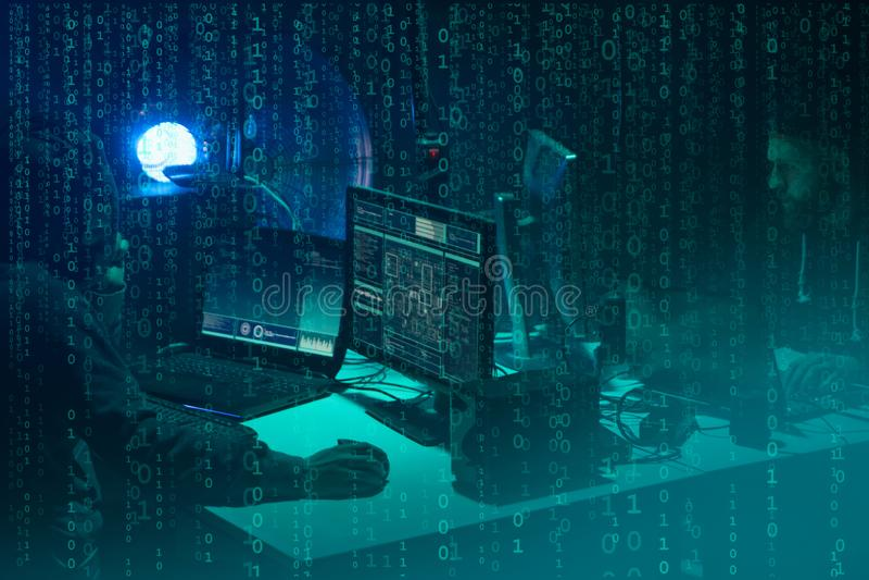 Hacker queridos que codificam o ransomware do v?rus usando port?teis e computadores Ataque do Cyber, quebra do sistema e conceito foto de stock