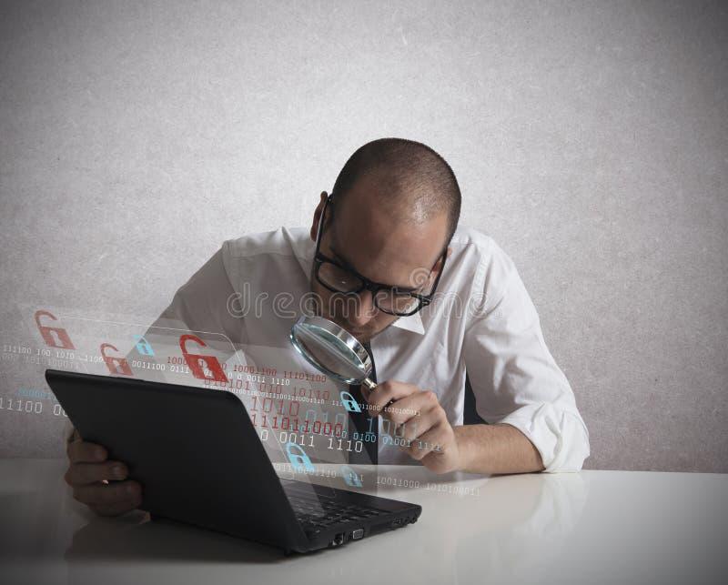 Hacker som analyserar programvara fotografering för bildbyråer