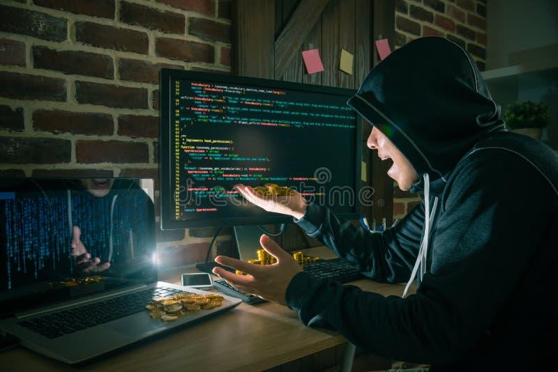 Hacker surpreendido olhando muito o dinheiro do bitcoin fotos de stock