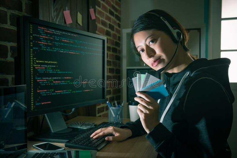 Hacker używa kod kraść kredytowej karty informację fotografia royalty free
