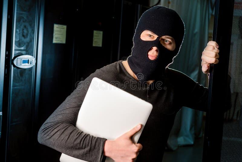 Hacker w datacenter zdjęcia royalty free