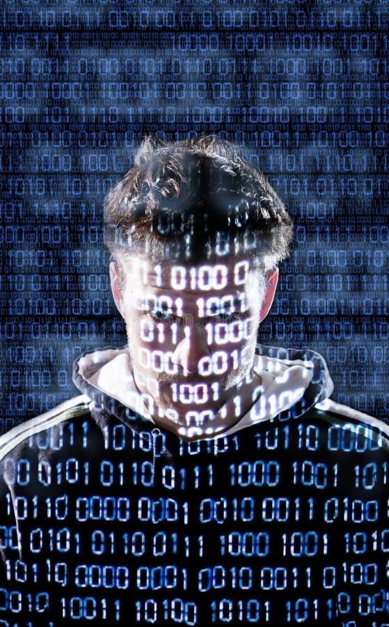 Hacker z patrzeć bezpośrednio kamera zdjęcie royalty free