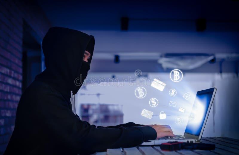 Hackera siekać odszyfrowywa ochrona kędziorka zapłat system z emailem, c fotografia stock