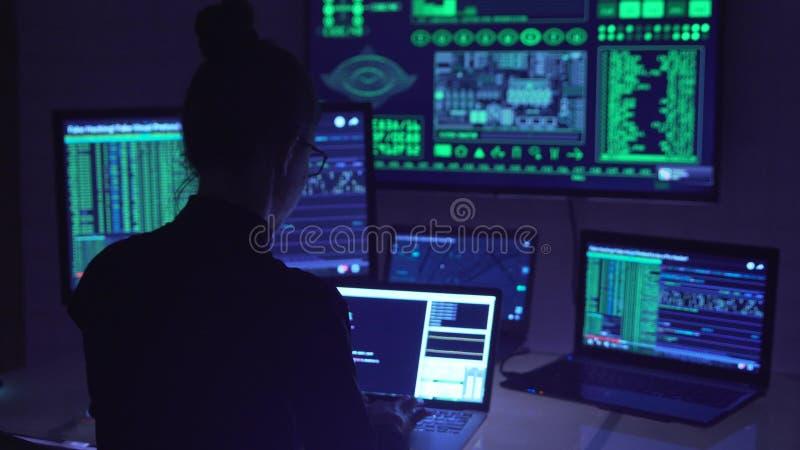 Hackerkodierung im Cyberspace lizenzfreies stockfoto
