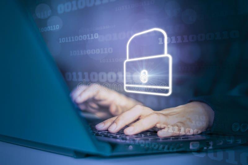 Hackers atacam notebooks com ícone de segundo plano binário, blindagem e cadeado, conceito que impede ataques de sites mantendo foto de stock