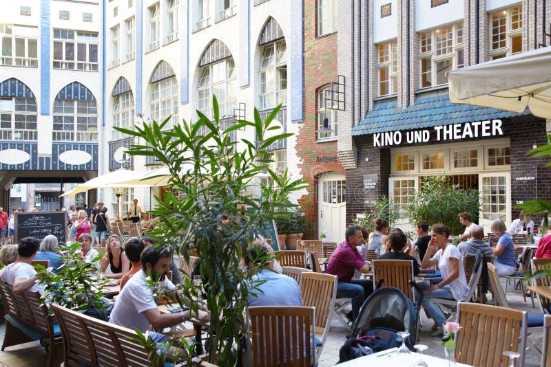 Hackesche Hofe, gente en Berlín imagen de archivo