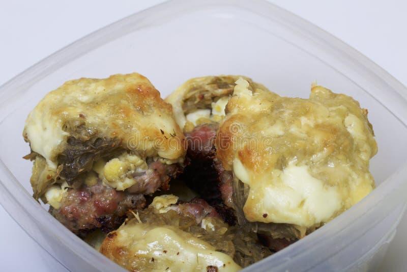 Hackfleischsteaks mit Kartoffeln, Eiern und Käse Gestapelt in einem Plastikbehälter stockfotos