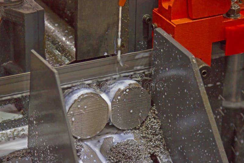 Hacksaw maszyna na rozcięciu dla stalowego coolant w ruchu obraz royalty free