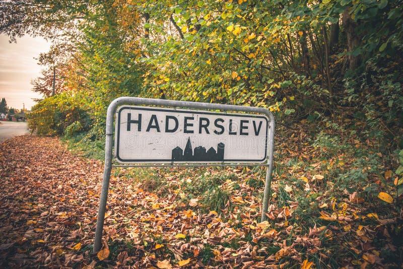 Haderslev由一条路的市标志在丹麦 免版税库存图片