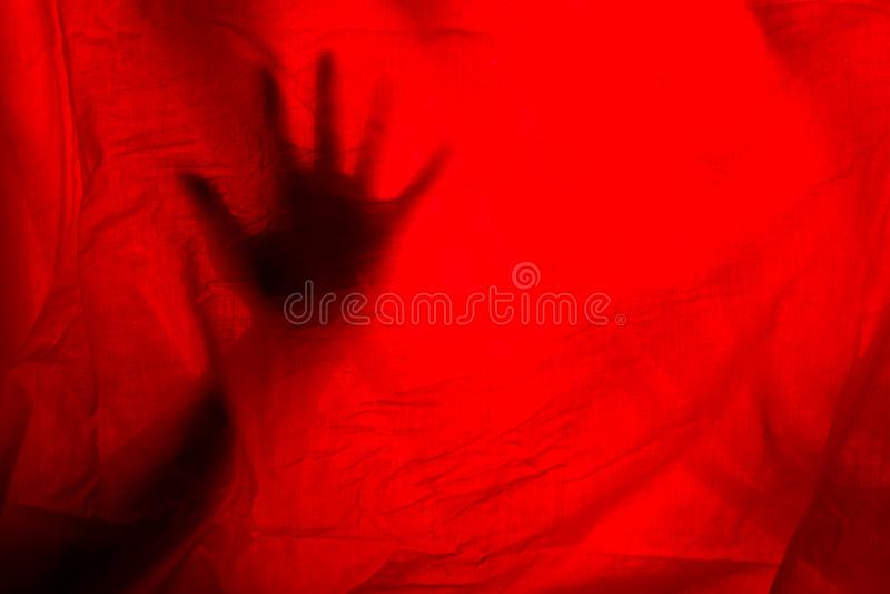 hads behand rote Vorhänge stockfotos