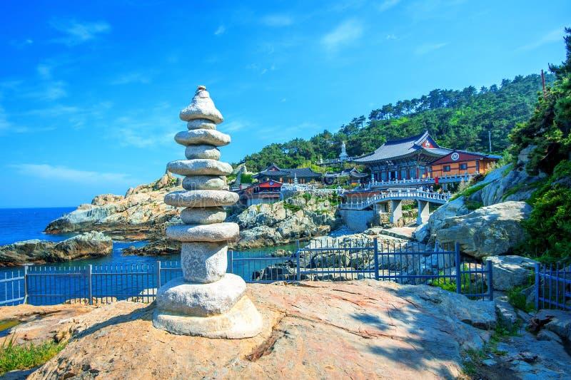 Haedong Yonggungsa寺庙和Haeundae海在釜山,韩国 免版税库存图片