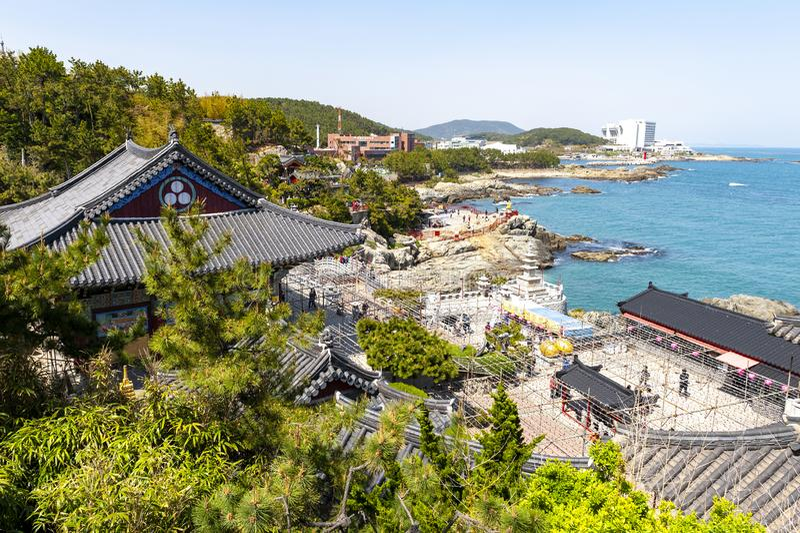 Haedong Yonggungsa, buddistisk tempel på sjösidan av Busan, en av turist- gränsmärken och dragningar i Busan, Sydkorea royaltyfria bilder