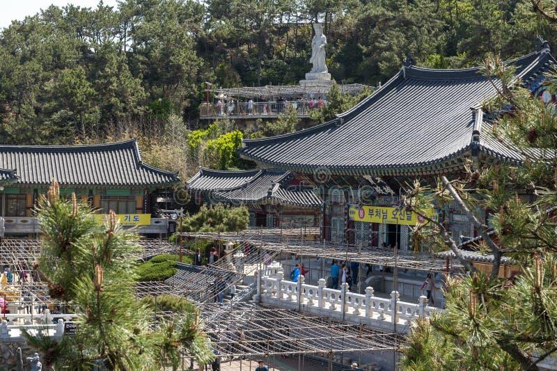 Haedong Yonggungsa, buddistisk tempel på sjösidan av Busan, en av turist- gränsmärken och dragningar i Busan, Sydkorea royaltyfria foton