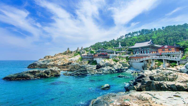 Haedong Yonggungsa tempel och Haeundae hav i Busan, Sydkorea royaltyfria bilder