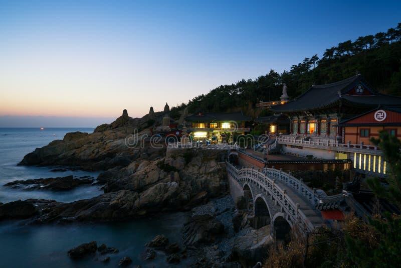 Haedong Yonggungsa tempel under soluppgång i Busan, Sydkorea royaltyfri bild