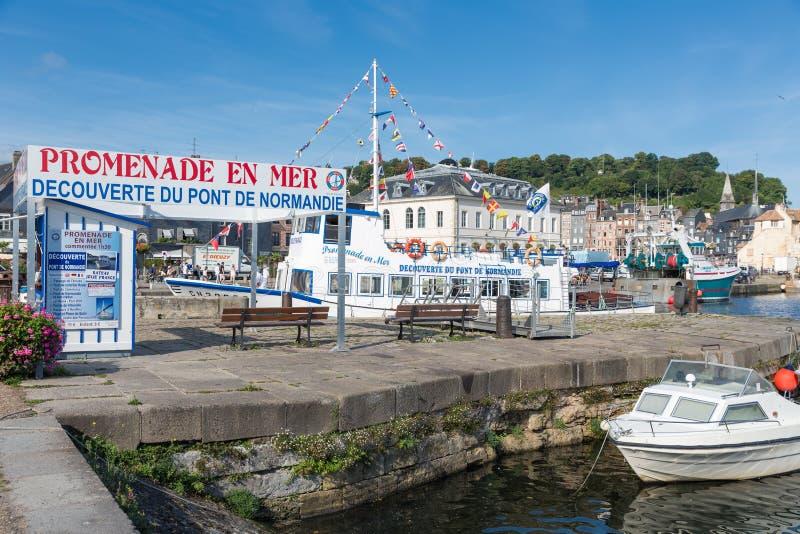 Hafen der historischen französischen Stadt Honfleur mit Landungstadiumsprodukteinführung stockbild