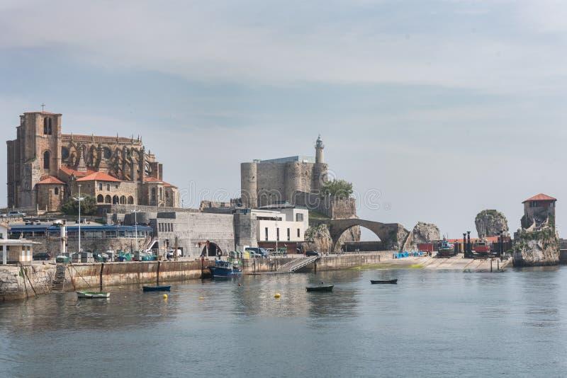 Hafen der Stadt von Castro Urdiales stockbild