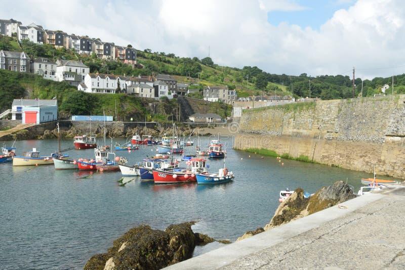 Hafen des kleinen kornischen Fischerdorfes mit Häusern im Hintergrund lizenzfreies stockfoto