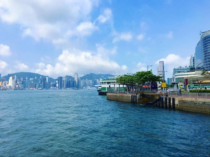 Hafen entlang der Bucht lizenzfreie stockfotografie