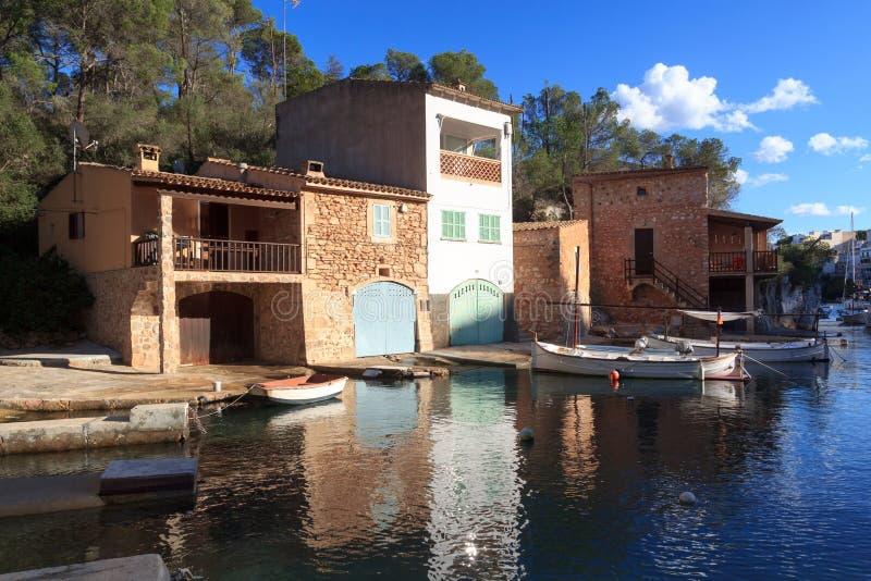 Hafen Fischerdorf-Calas Figuera mit Bootshäusern und grünen Toren, Majorca lizenzfreies stockfoto