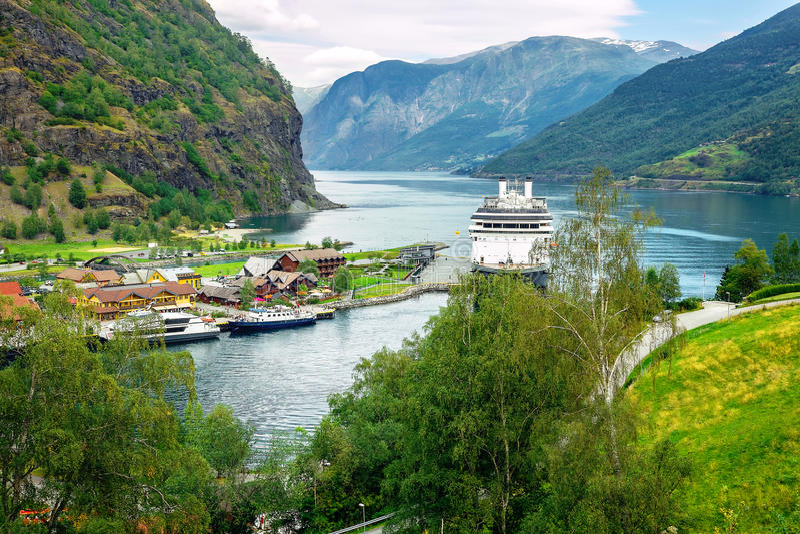 Hafen Flam mit Kreuzschiff Aurlandsfjord, Norwegen stockbild