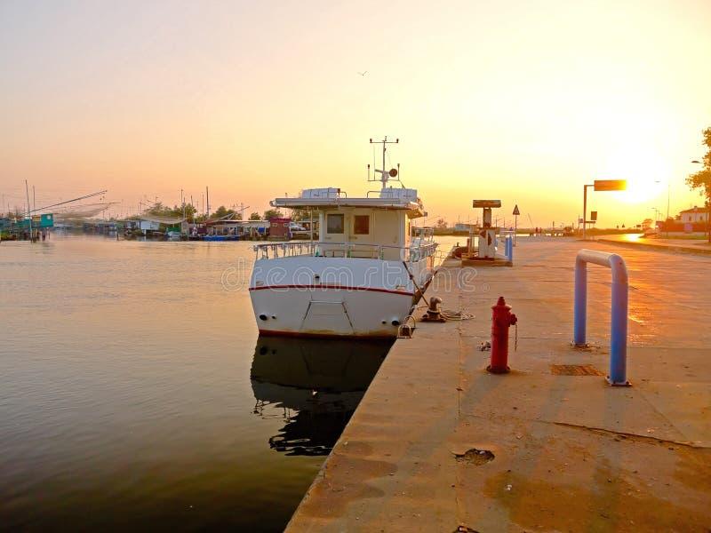 Hafen im Sonnenuntergang stockfotografie