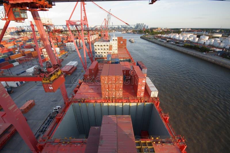 Hafen-Kranladenbehälter an Bord lizenzfreies stockbild