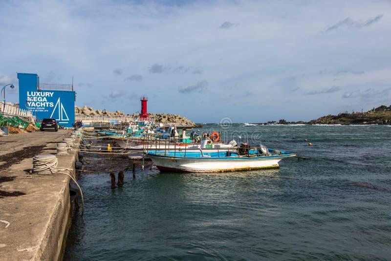 Hafen mit Booten und Leuchtturm und Bucht nahe Kap Ganjeolgot Easternmost Punkt der Halbinsel in Ulsan, Südkorea asien stockfotografie