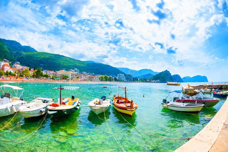 Hafen mit Booten und schöner Strand in Petrovac, Montenegro stockbild