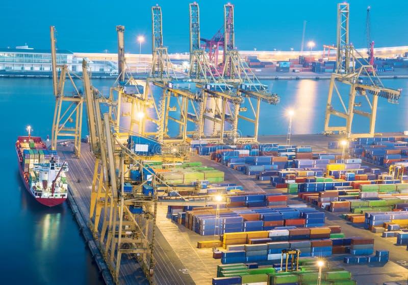 Hafen mit Fracht stockbilder