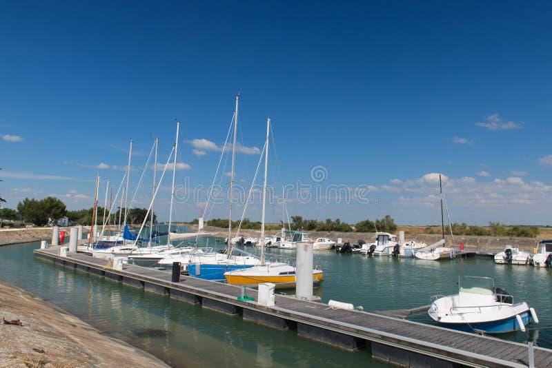 Hafen mit Segelbooten lizenzfreies stockbild