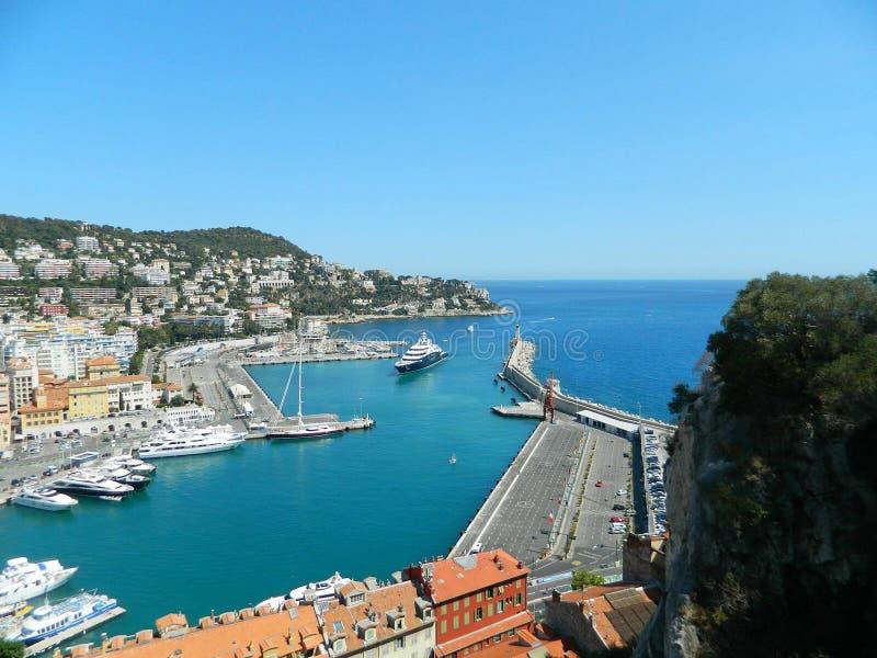 Hafen in Nizza, Frankreich Ansicht von Colline du chateau lizenzfreie stockbilder